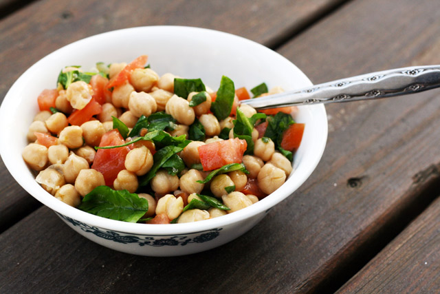 Lemony chickpea salad. Fresh and healthy. Get the recipe!