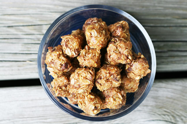 No bake energy bites recipe. A snack (or breakfast) that you don't have to feel guilty about eating. Repin to save!
