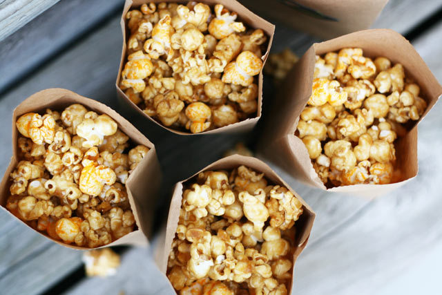 Chicago popcorn mix: Make your own addictive mix at home! A combo of caramel and cheddar cheese popcorn.