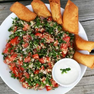 Cheap quinoa tabouli salad recipe. LOTS of flavor in this simple, budget-friendly salad! Click through for recipe.