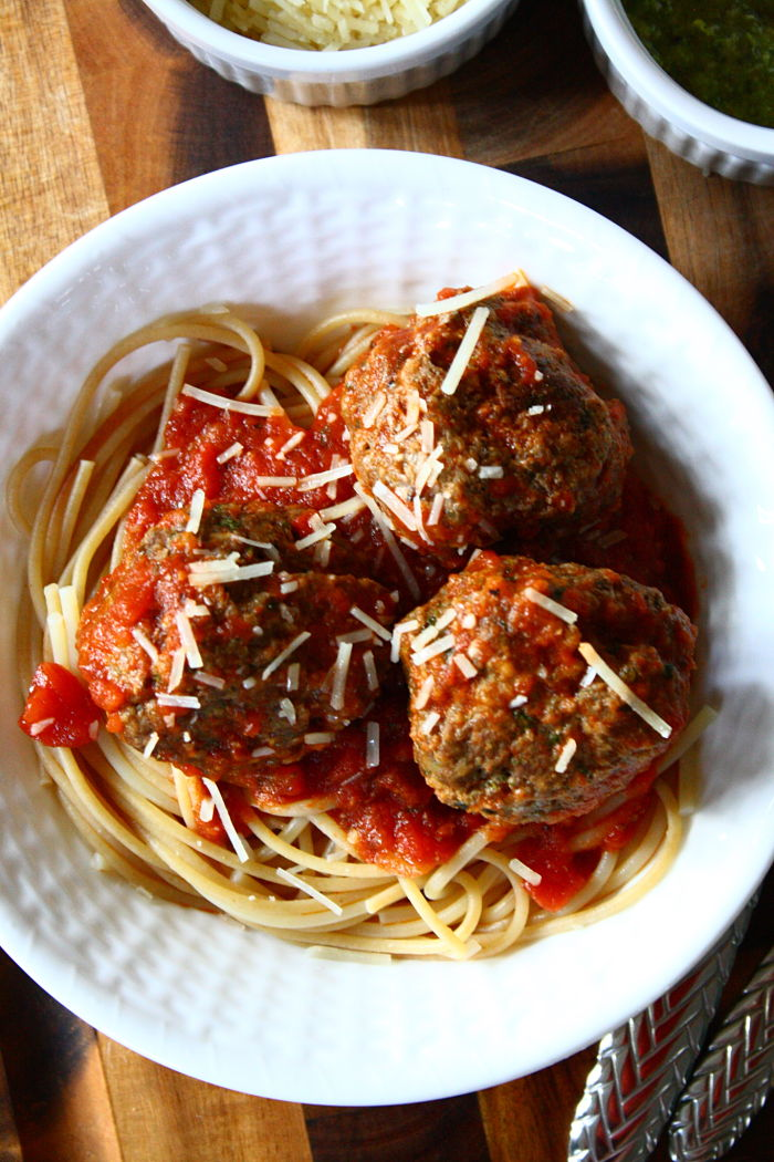 Pesto-Parmesan meatballs: An easy meatball recipe with lots of flavor! Click through for recipe.