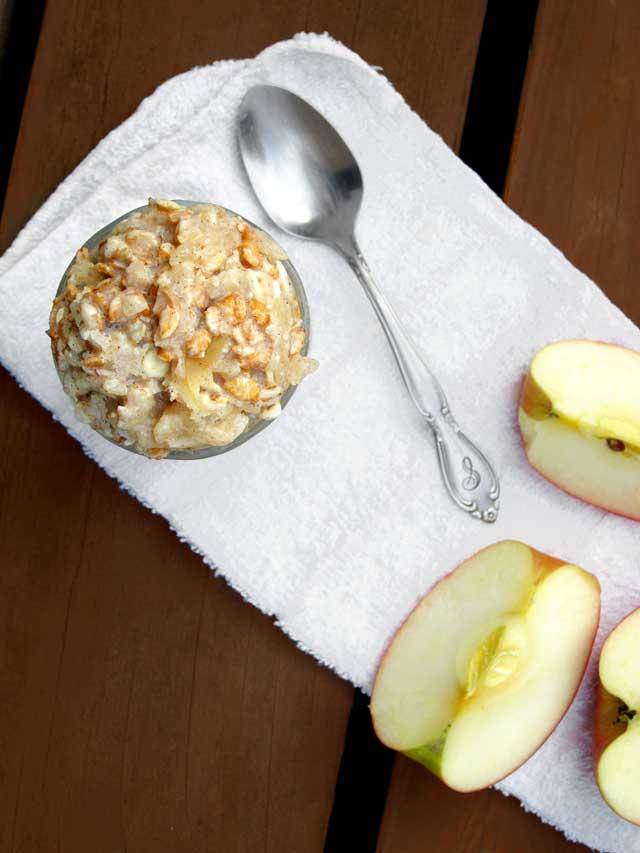 Applesauce overnight oatmeal recipe, from www.cheaprecipeblog.com - Please repin!