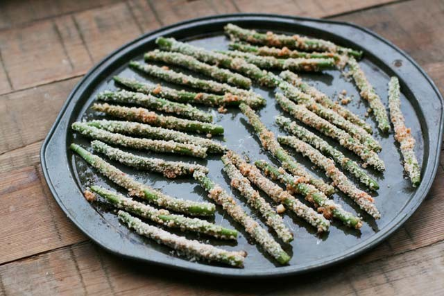 Learn how to make oven-baked Parmesan green bean fries, from Cheap Recipe Blog.