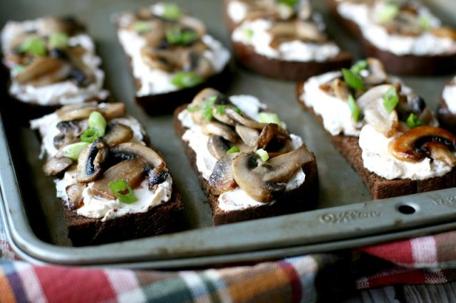 10-Minute Mushroom Toasts: A SUPER-easy crowd-pleasing vegetarian appetizer.