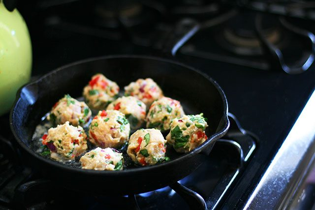 Confetti Chicken Meatballs: Paleo friendly, super easy to make! Click through for recipe.