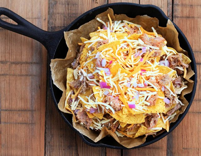 How to make pulled pork nachos: Extra meaty, lots of cheese and toppings. Click through for recipe!