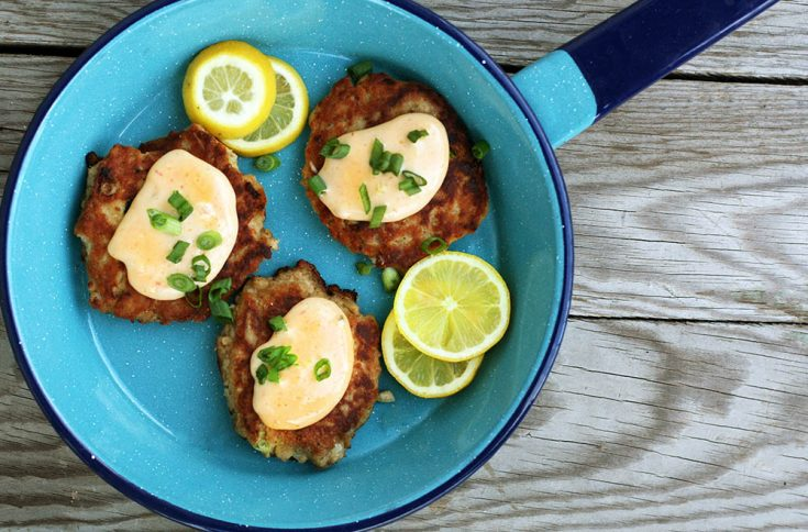 Easy salmon patties: These delicious cakes use canned salmon. So delicious - trust me!