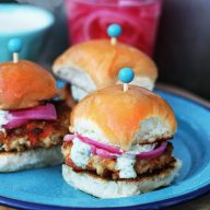 Spicy honey cauliflower sliders: Vegetarian sliders with ALL the flavor. Click through for recipe!