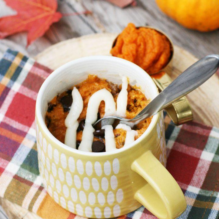 Gluten-free pumpkin mug cake. Make in less than 10 minutes! Click through for fall recipe!